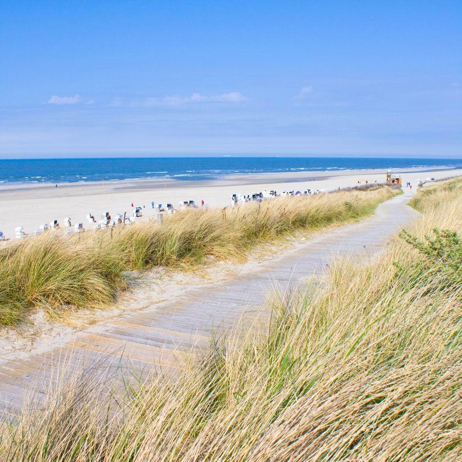 Nordseeinsel Sylt mit blauem Himmel im Sommer